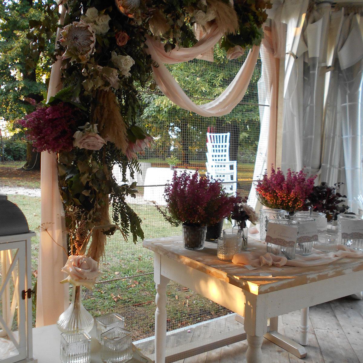 Allestimento elegante con fiori | Negriricevimenti.com